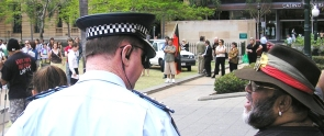 palm-island-demonstration-burragubbah-spk-as-sam-negotiates-with-policeman.jpg